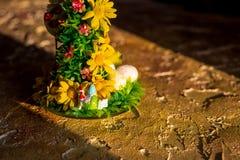 Decoração da Páscoa com pintainhos, ovos e flores ovo da páscoa feliz no fundo de madeira do amarelo do vintage Feriado feliz imagem de stock royalty free