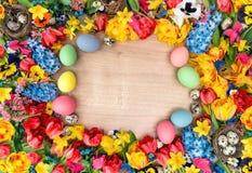 Decoração da Páscoa com tulipas, narciso, flores do jacinto e c Imagens de Stock Royalty Free