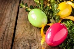Decoração da Páscoa - ovos com o buxus na madeira Fotografia de Stock Royalty Free