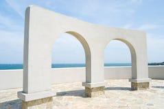 Decoração da porta do arco perto do oceano fotografia de stock royalty free