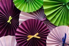A decoração da primavera com o galho artificial da flor da mola e o partido cor-de-rosa forram o fã no fundo azul cinzento, vista foto de stock royalty free
