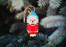 Decoração da quebra-nozes do brinquedo do Natal na árvore pelo ano novo foto de stock