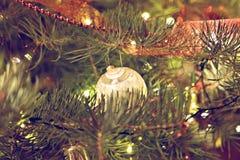 Decoração da quinquilharia do Natal na árvore de fri Imagens de Stock