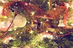 Decoração da quinquilharia do Natal na árvore de fri Fotografia de Stock Royalty Free