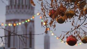 Decoração da rua do Natal Árvores nas festões vídeos de arquivo