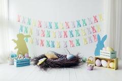 Decoração da sala, estúdio da Páscoa Ninho, ovos, cestas, caixas, coelho Imagem de Stock Royalty Free