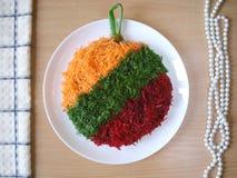 Decoração da salada pelo ano novo Bola do ` s do ano novo na árvore de Natal Brinquedos para a árvore de Natal em uma placa sob a Fotografia de Stock