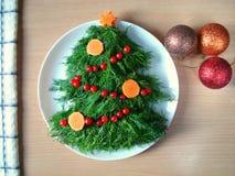 Decoração da salada pelo ano novo Salada sob a forma de uma árvore de Natal Foto de Stock Royalty Free