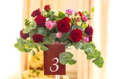 Decoração da tabela com flores A tabela é o número três Fotografia de Stock