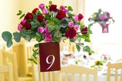 Decoração da tabela com flores A tabela está no número nove Foto de Stock Royalty Free