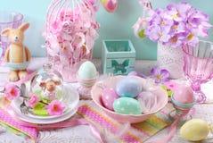 Decoração da tabela da Páscoa nas cores pastel Fotografia de Stock