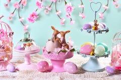 Decoração da tabela da Páscoa nas cores pastel Fotografia de Stock Royalty Free