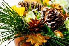 Decoração da tabela de jantar do Natal com ramos do pinho e dourado Fotografia de Stock