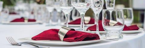 Decoração da tabela do casamento, tabela de abastecimento do serviço ajustada para um partido do evento ou BANDEIRA do copo de ág fotos de stock royalty free