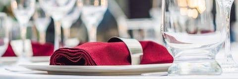 Decoração da tabela do casamento, tabela de abastecimento do serviço ajustada para um partido do evento ou BANDEIRA do copo de ág imagem de stock royalty free