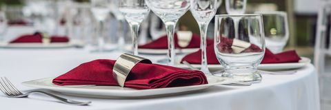 Decoração da tabela do casamento, tabela de abastecimento do serviço ajustada para um partido do evento ou BANDEIRA do copo de ág imagem de stock