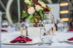 Decoração da tabela do casamento, tabela de abastecimento do serviço ajustada para um partido do evento ou copo de água fotografia de stock royalty free