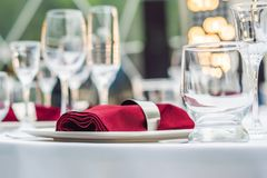 Decoração da tabela do casamento, tabela de abastecimento do serviço ajustada para um partido do evento ou copo de água foto de stock