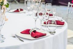 Decoração da tabela do casamento, tabela de abastecimento do serviço ajustada para um partido do evento ou copo de água foto de stock royalty free