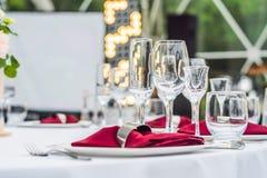 Decoração da tabela do casamento, tabela de abastecimento do serviço ajustada para um partido do evento ou copo de água fotos de stock royalty free