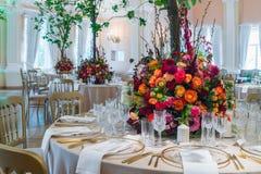 Decoração da tabela do casamento Ramalhete bonito das flores em Ta fotos de stock