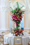 Decoração da tabela do casamento Ramalhete bonito das flores em Ta fotos de stock royalty free
