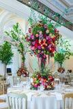 Decoração da tabela do casamento Ramalhete bonito das flores em Ta imagem de stock royalty free