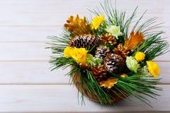 Decoração da tabela do Natal com ramos do pinho e os cones dourados Fotos de Stock Royalty Free