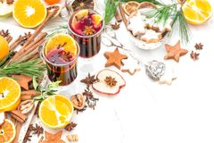 A decoração da tabela do Natal ferventou com especiarias o cocktail quente do inverno do vinho Foto de Stock