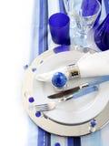 Decoração da tabela em branco e em azul Imagem de Stock Royalty Free