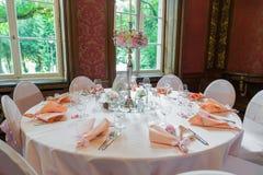 Decoração da tabela em um estilo cor-de-rosa Decorações do casamento em tons cor-de-rosa Vidros e placas na camada Imagens de Stock Royalty Free