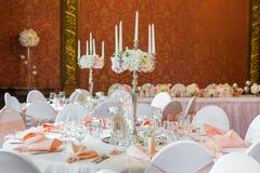 Decoração da tabela em um estilo cor-de-rosa Decorações do casamento em tons cor-de-rosa Vidros e placas na camada Fotos de Stock Royalty Free