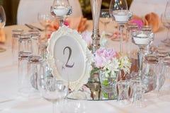 Decoração da tabela em um estilo cor-de-rosa Decorações do casamento em tons cor-de-rosa Vidros e placas na camada Imagem de Stock Royalty Free