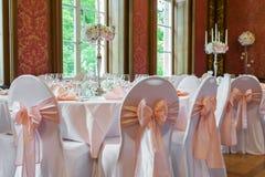 Decoração da tabela em um estilo cor-de-rosa Decorações do casamento em tons cor-de-rosa Vidros e placas na camada Imagem de Stock