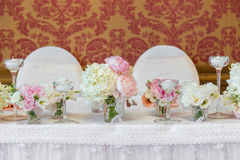 Decoração da tabela em um estilo cor-de-rosa Decorações do casamento em tons cor-de-rosa Vidros e placas na camada Fotografia de Stock