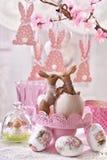 Decoração da tabela da Páscoa com a estatueta de beijo dos coelhos fotos de stock royalty free