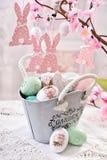 Decoração da tabela da Páscoa com os ovos na cesta do metal do estilo do vintage Fotos de Stock Royalty Free