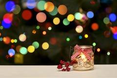 Decoração da vela do feriado no fundo do borrão de Bokeh do Natal Imagem de Stock