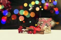 Decoração da vela do feriado no fundo do borrão de Bokeh do Natal Fotografia de Stock Royalty Free