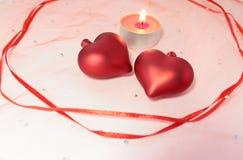 Decoração da vela do fnd de dois corações para o dia de Valentim Foto de Stock