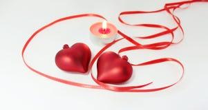 Decoração da vela do fnd de dois corações para o dia de Valentim Fotografia de Stock Royalty Free