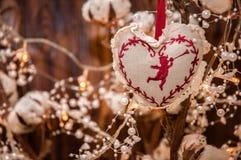 Decoração dada forma coração do Natal Luzes obscuras da festão no fundo fotos de stock