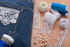 Decoração das calças de brim com grânulos Fotos de Stock Royalty Free
