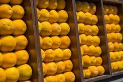 Decoração das laranjas na parede imagem de stock