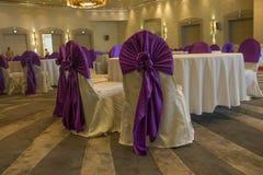 Decoração das tabelas e das cadeiras em um interior do hotel Whtie e matéria têxtil roxa ou violeta fotos de stock