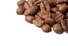 Decoração de canto de feijões de café no fundo branco Imagens de Stock