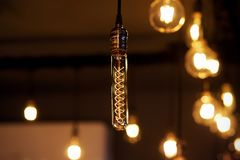 Decoração de iluminação retro bonita - lâmpadas de incandescência de vidro imagem de stock
