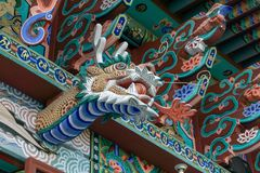 Decoração de madeira da cabeça do dragão do fogo sobre a parte externa do salão principal do eremitério de Gujoel Pokpoam na cida fotografia de stock royalty free
