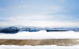 A decoração de madeira da mesa e do inverno da neve com geleira ajardina Fotos de Stock Royalty Free