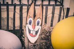 Decoração de madeira do coelho da Páscoa Imagens de Stock